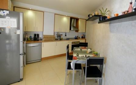 Küche mit kleinem Essbereich
