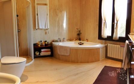 Badezimmer mit Whirlpoolwanne
