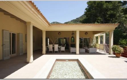 Atrium mit überdachter Terrasse
