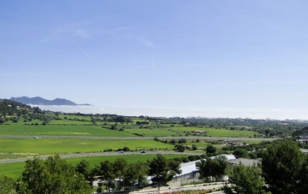 Panoramablick auf Berge und Meer