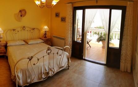 1. Schlafzimmer mit Zugang zur Dachterrasse