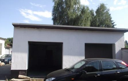 Zwei Garagen auf dem Hof