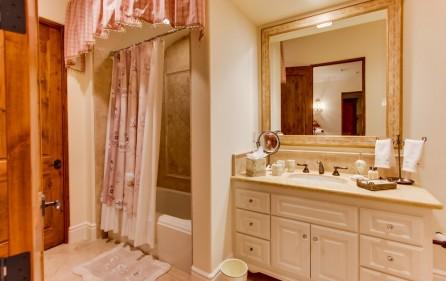 Badezimmer zu Schlafzimmer Nr. 3