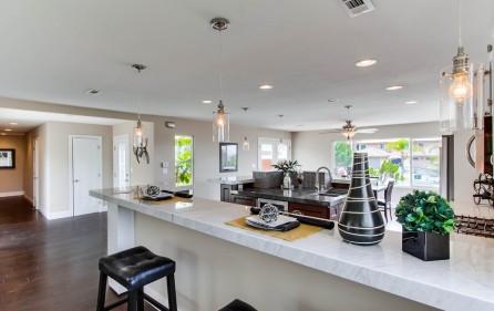 Blick vom Wohnzimmer in den Küchenbereich
