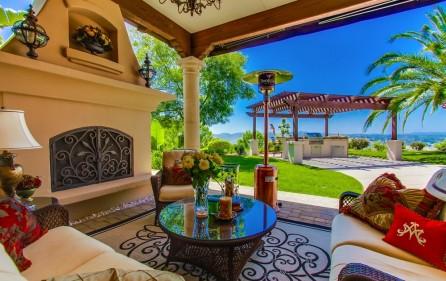 Veranda mit offenem Kamin und Blick auf den BBQ-Grill (bei Tag)