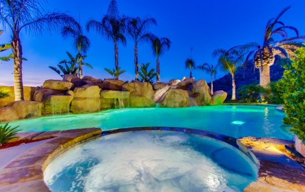 Whirlpool am Pool (bei Nacht)