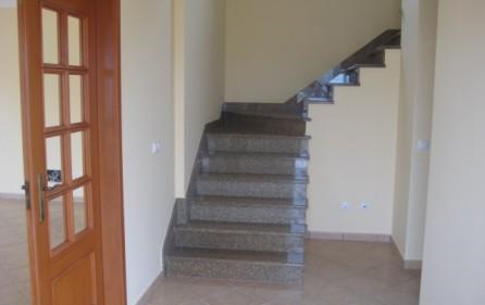 Entre mit Treppenaufgang in die 1. Etage