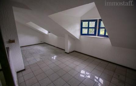 Blick vom Esszimmer in den Wohnzimmerbereich