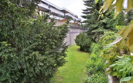 Rückansicht mit Terrasse ins Grüne