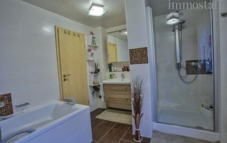 Tageslichtbad mit Dusche und Badewanne_Ansicht 2