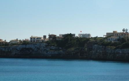 Blick auf die Klippe mit der Villa on Top