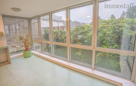 Empfangsbereich mit einladender Fensterfront
