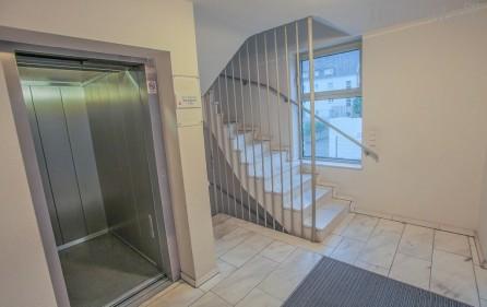 Fahrstuhl zur Tiefgarage und den OGs