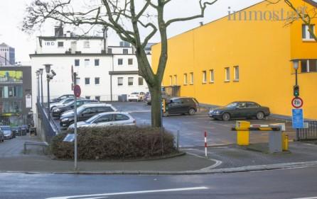 Öffentlicher Parkplatz vor dem Gebäude