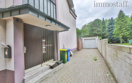 Hauseingangstür mit Stellfläche und Garage