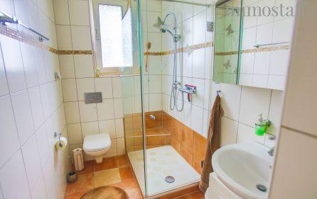 Badezimmer im Erdgeschoss rechts