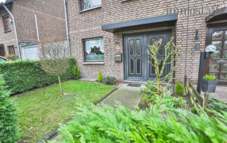 Vorgarten und Hauseingangstür