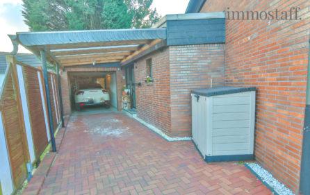 Garage und überdachter Stellplatz