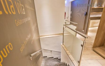 Treppe zu dem Sanitärbereich im UG