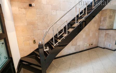 Treppe vom Wohnzimmer zum Schlafbereich
