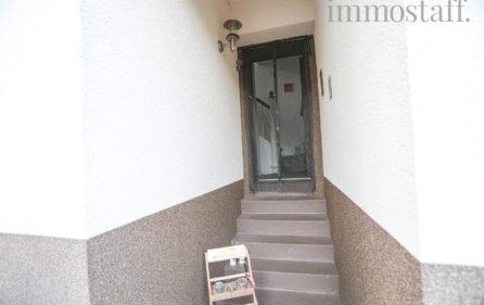 Wohnungseingangstür zur Wohnung im OG