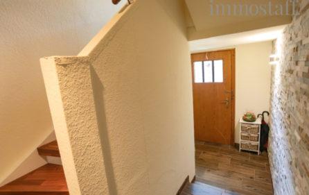 Treppenaufgang zur Wohnung im Obergeschoss