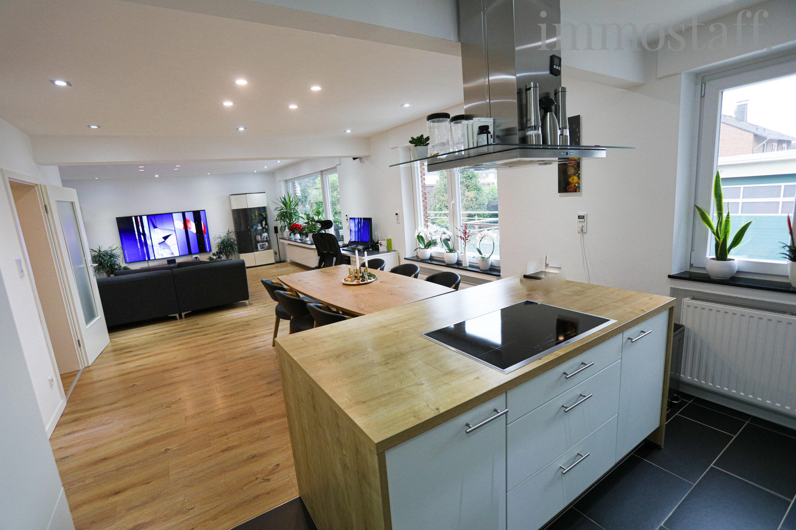 Blick von der Küche in den Wohn- & Essbereich im EG