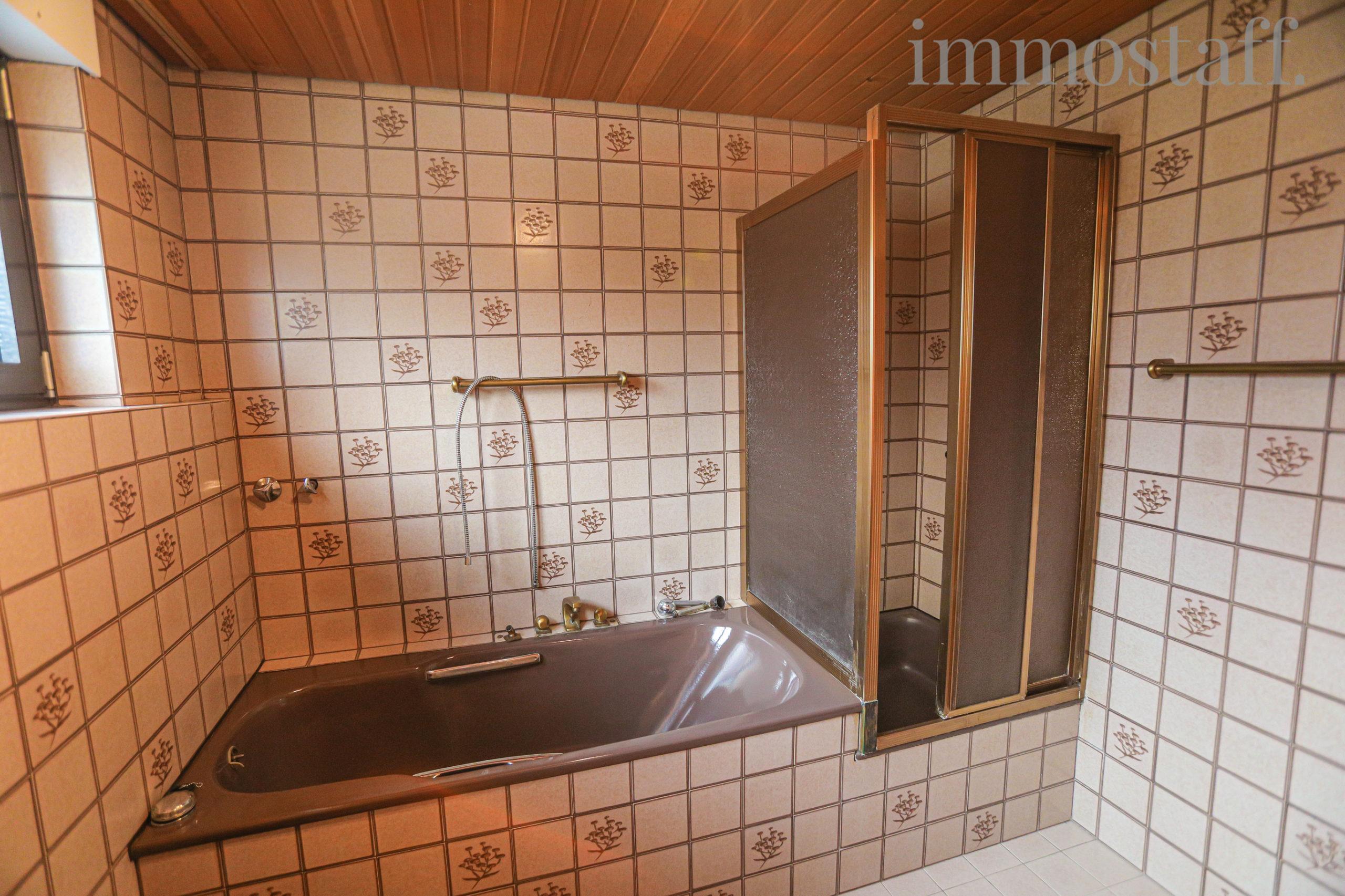 Großes Badezimmer mit Dusche & Badewanne