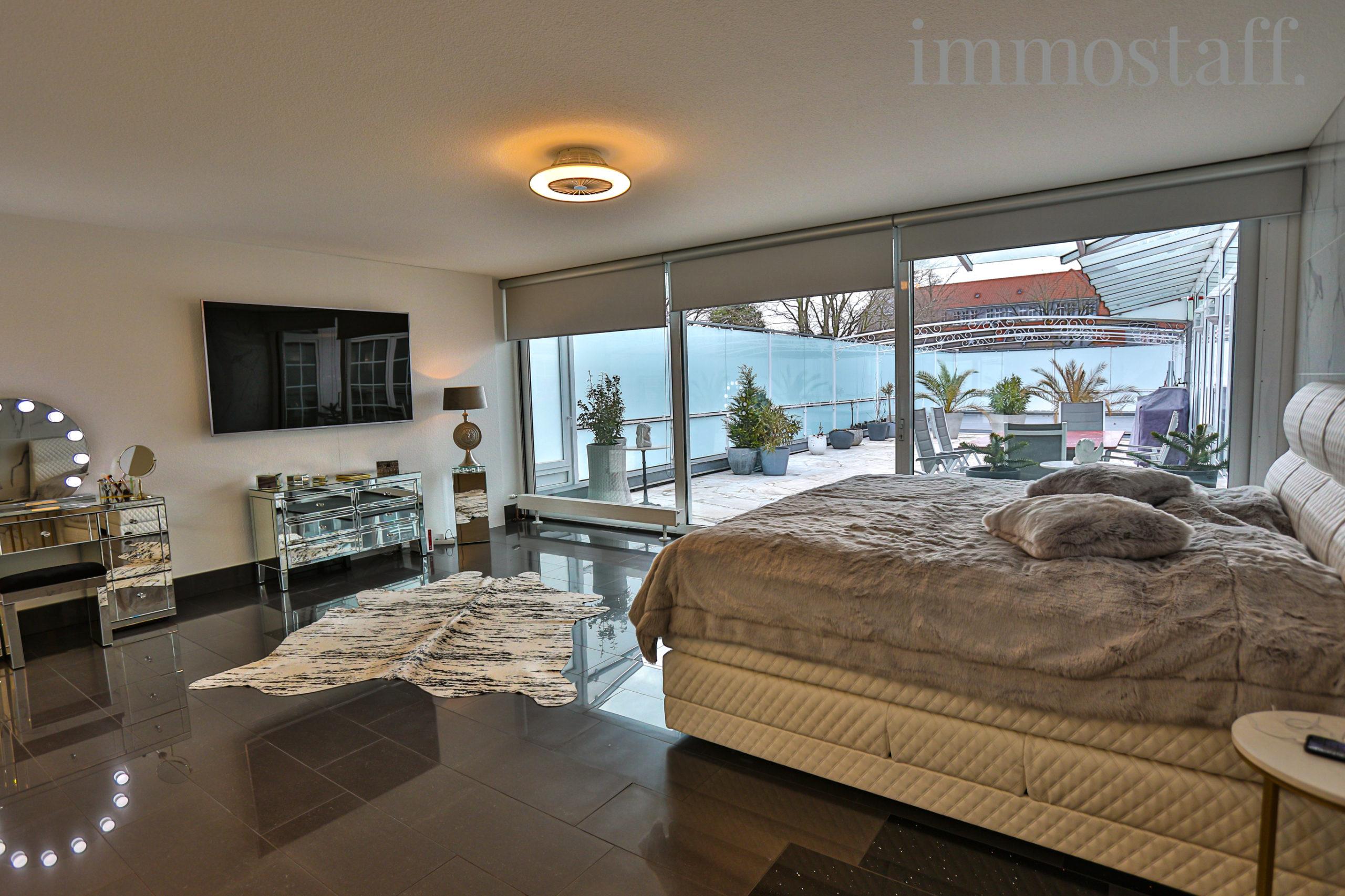 Elternschlafzimmer mit Zugang zur Terrasse im OG