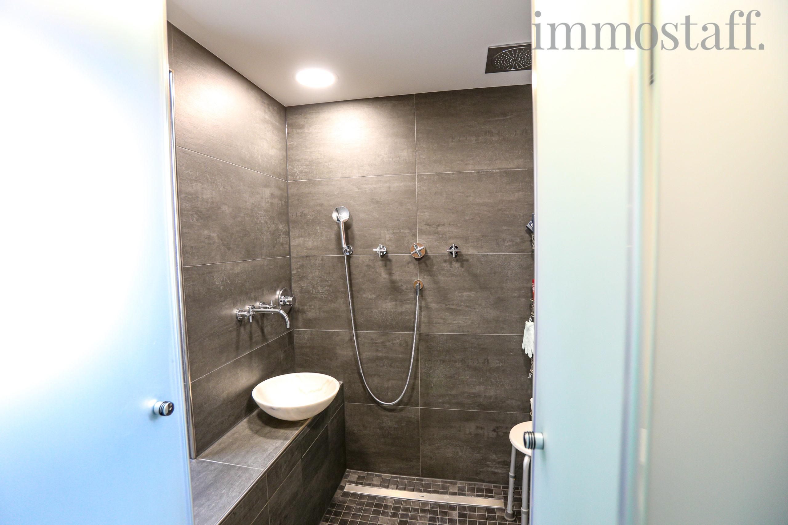 Tageslichtbadezimmer mit bodengleicher Dusche im OG