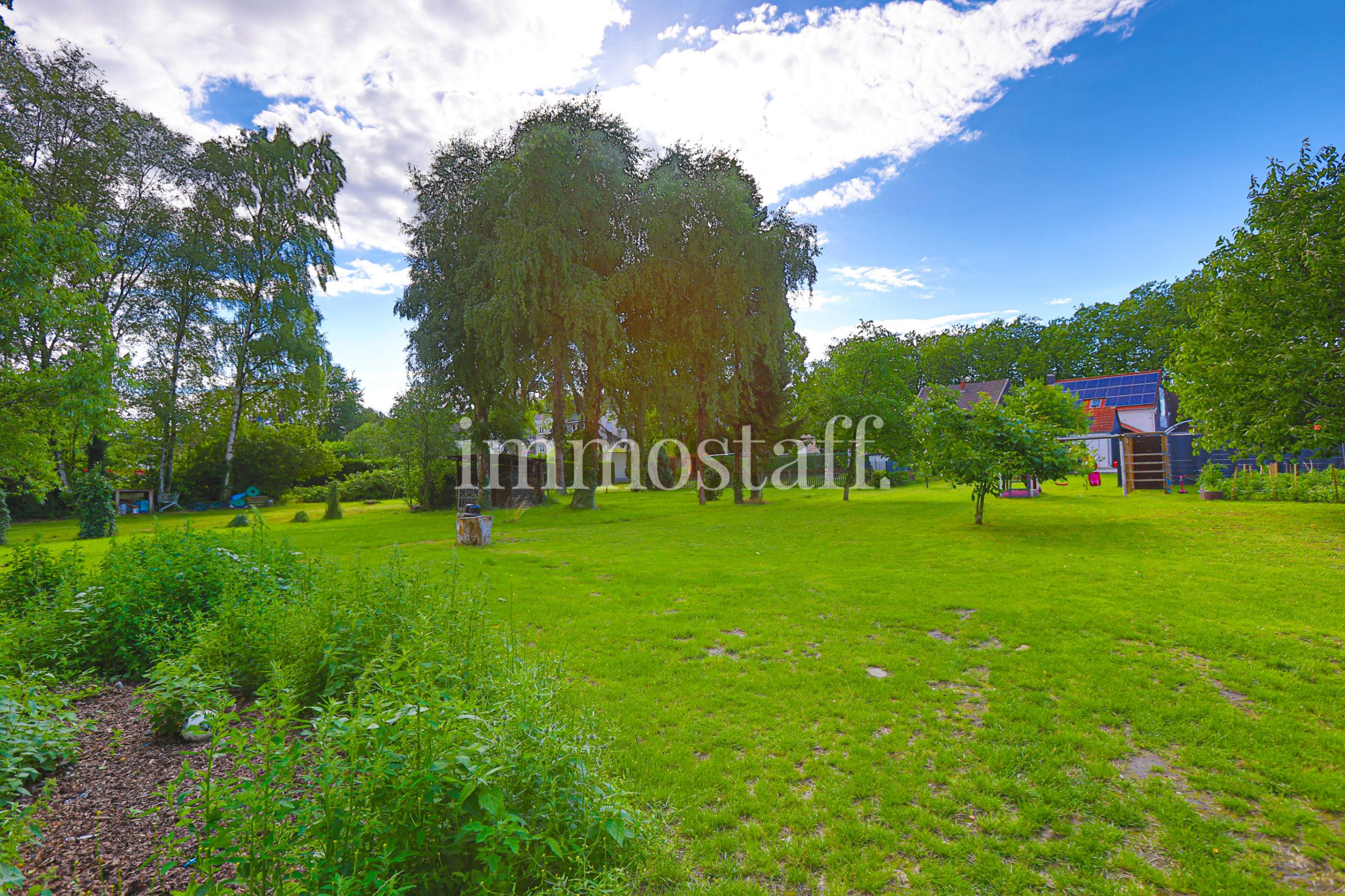 FREISTEHENDES 2-FAMILIENHAUS mit 2.450 m² Grundstück, Doppelgarage, Stellplätzen & Pool zu verkaufen
